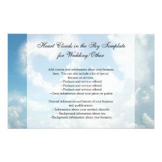 Coração nas nuvens, amor romântico do céu azul panfleto coloridos
