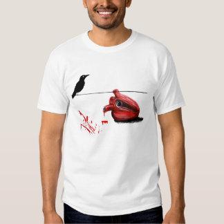 Coração preto do corvo e de sangramento camisetas