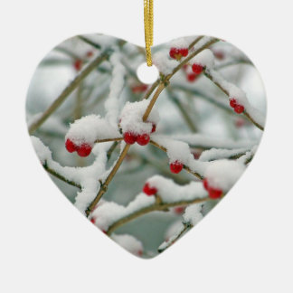 Coração vermelho nevado da cena do inverno das ornamento de cerâmica coração