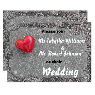 Coração vermelho no convite do casamento do design