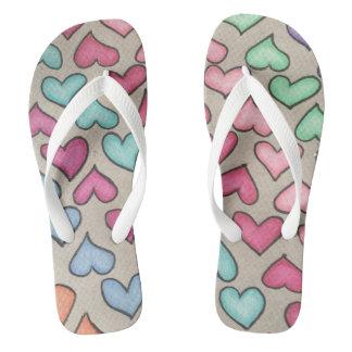 Corações coloridos bonitos chinelos