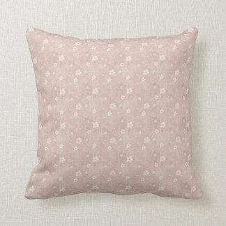 Corações e flores sujos no rosa desvanecido travesseiro