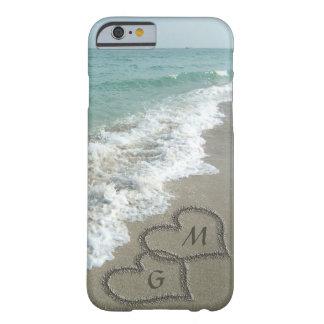 Corações personalizados da areia na praia capa iPhone 6 barely there