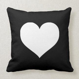 Corações preto e branco travesseiro de decoração