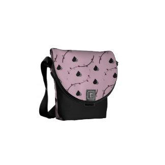 Corações pretos no saco cor-de-rosa bolsas mensageiro