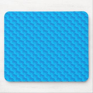 Corações roxos bonitos do amor na superfície azul mousepad