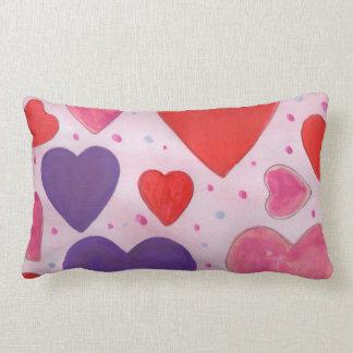 Corações roxos e vermelhos cor-de-rosa do dia dos travesseiros de decoração
