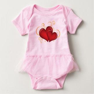 corações vermelhos bonitos com linhas do t-shirt