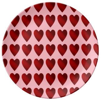 Corações vermelhos e cor-de-rosa do dia dos pratos de porcelana