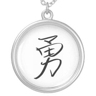 Coragem (chinesa) colar banhado a prata