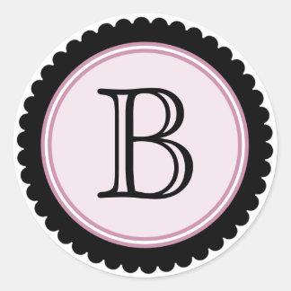 Corte a etiqueta cor-de-rosa malva da inicial do adesivo