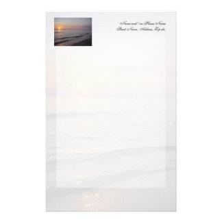 Costa das ondas da praia do por do sol, a sereno e papelaria