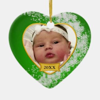 Costume do Natal do bebê verde nevado primeiro Ornamento De Cerâmica Coração