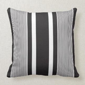 Coxim preto do lance com as listras brancas travesseiro de decoração