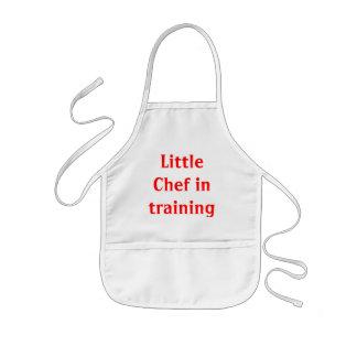Cozinheiro chefe pequeno no treinamento avental infantil