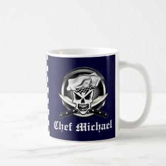 Crânio 2 do cozinheiro chefe e facas cruzadas do caneca de café