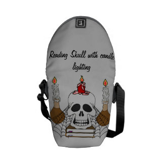 Crânio da leitura com iluminação da vela bolsa mensageiro