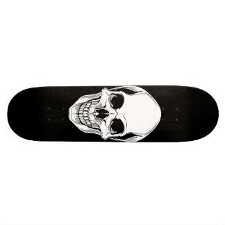 Crânio de arreganho mau no skate preto