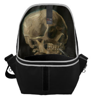 Crânio de esqueleto com o cigarro ardente por Van Bolsa Mensageiro
