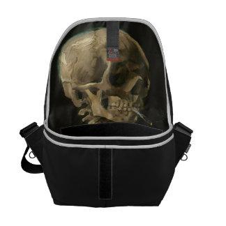 Crânio de esqueleto com o cigarro ardente por Van Bolsas Mensageiro