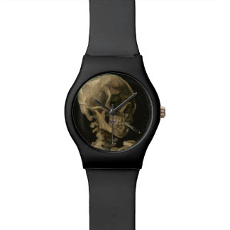 Crânio de esqueleto com o cigarro ardente por Van Relogio