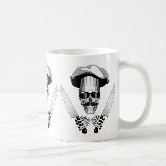 Crânio do cozinheiro chefe com facas do cozinheiro caneca de café