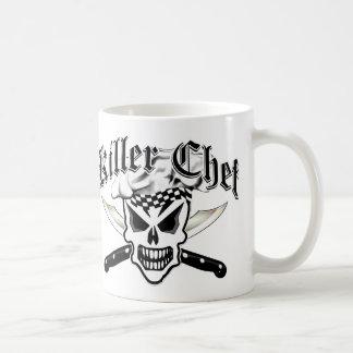 Crânio do cozinheiro chefe e facas cruzadas 2 do caneca de café