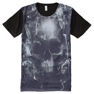 Crânio escuro por todo o lado na camiseta do