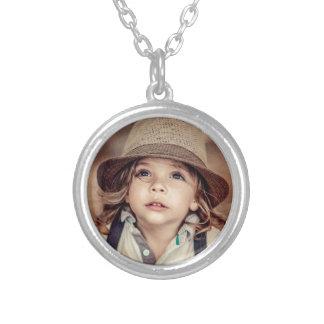 Criança que olha acima o retrato do vintage do colar banhado a prata