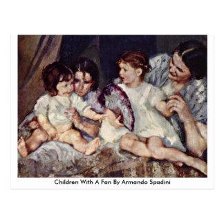 Crianças com um fã por Armando Spadini Cartão Postal