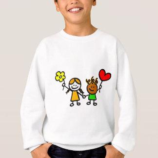 crianças felizes do amante com o balão da forma do t-shirt