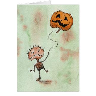Criatura com o cartão do Dia das Bruxas da abóbora