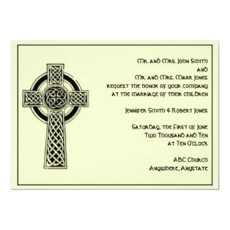 Cruz celta no convite preto do casamento do marfim