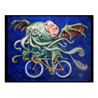 Cthulhu em uma bicicleta cartão postal