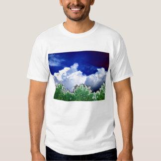 Cumulus e pinho brilhantes com o pássaro preto no camiseta