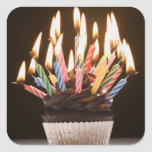 Cupcake com velas do aniversário adesivo quadrado