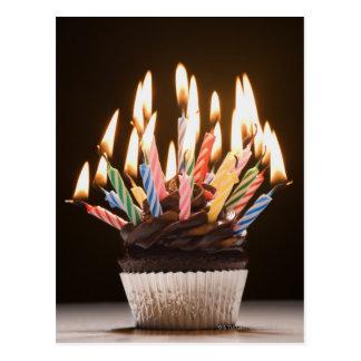 Cupcake com velas do aniversário cartão postal