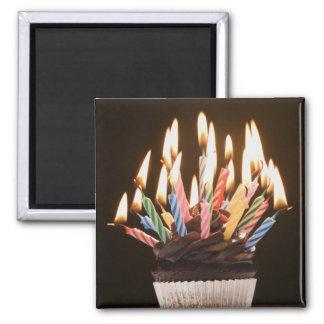 Cupcake com velas do aniversário ímã quadrado