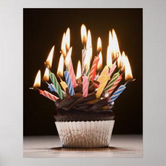 Cupcake com velas do aniversário pôster