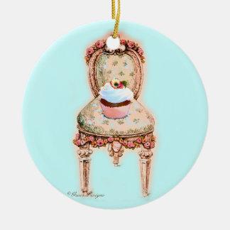 Cupcake na cadeira do Victorian Ornamento De Cerâmica Redondo