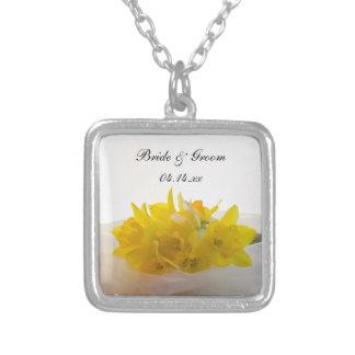 Daffodils amarelos no casamento branco do colar banhado a prata