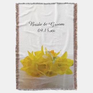 Daffodils amarelos no casamento branco do manta