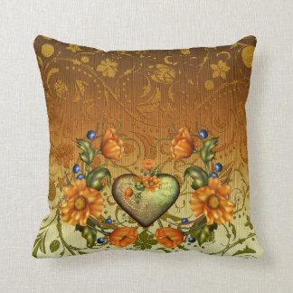 Damasco, coração e flores alaranjadas travesseiro