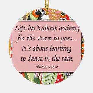 Dança nos enfeites de natal da chuva
