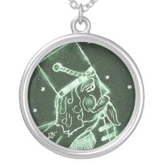 De brinquedo do soldado verde dentro profundamente colar banhado a prata