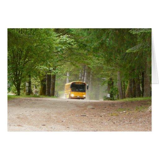 De volta à escola em um ônibus amarelo grande cartao