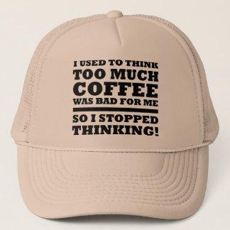 Demasiado chapéu engraçado do camionista do boné