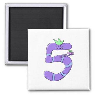 Desenhos animados do aniversário do roxo 5os ímã quadrado