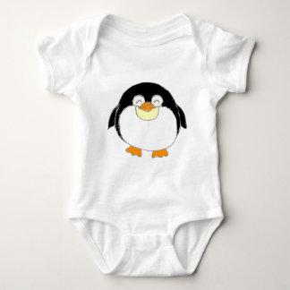 Desgaste carnudo do bebê do pinguim camiseta