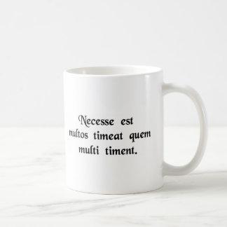 Deve temer muitos, quem muitos temem caneca de café